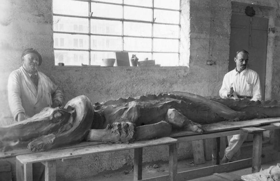 Giuseppe Mazzotti e Lucio Fontana con la scultura Coccodrillo e Serpente, Albissola 1936