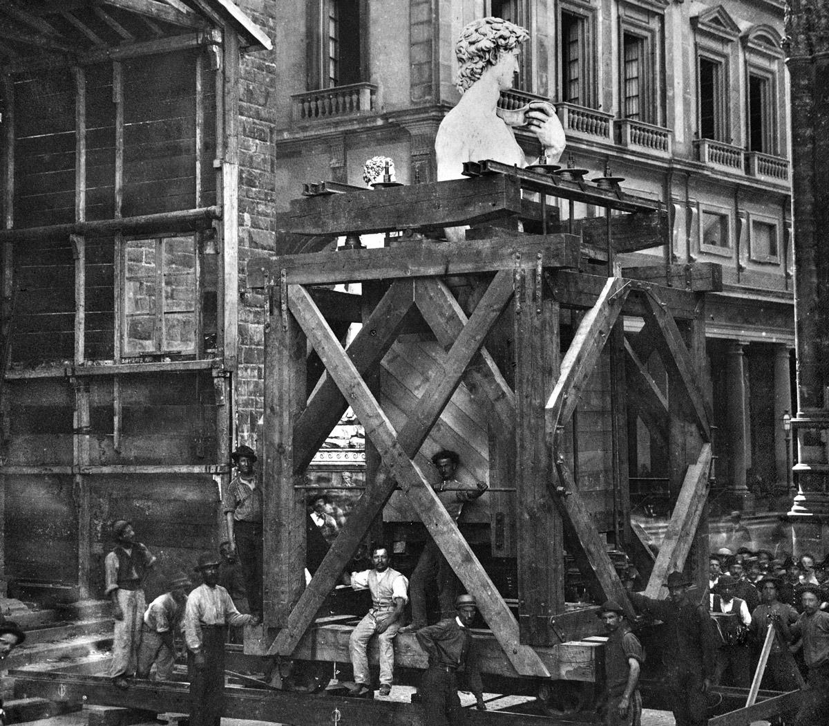 Il David di Michelangelo all'interno di un carro durante il trasporto su rotaie da piazza della Signoria al Museo dell'Accademia. Foto Archivi Alinari, Firenze, 1873.