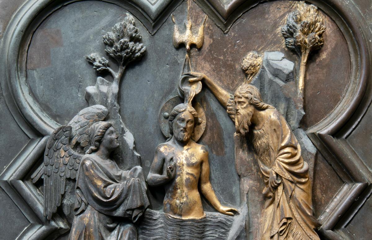 Particolare della formella con San Giovanni battezza Gesù durante il restauro